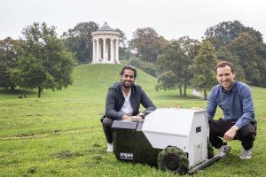 Foto von BILD-Artikel: Gründer mit Clive, dem dritten Prototypen von Angsa-RObotics