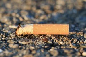 Zigarettenstummel auf einer Grünfläche oder Kies - Angsa Robotics bietet die Lösung gegen kleinteiligen Müll.