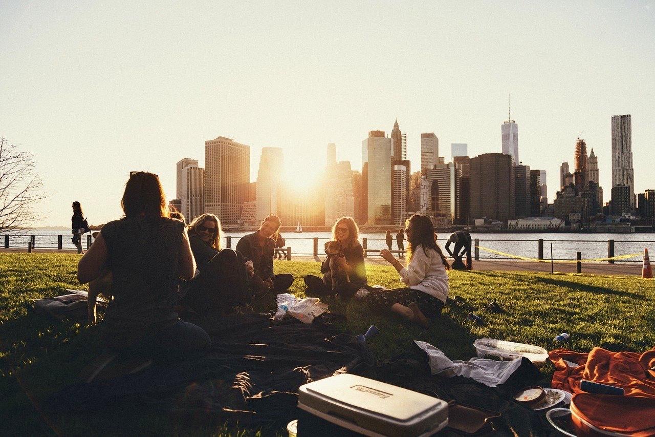 Picknick mit Freunden in einem Park oder einer Grünfläche - Angsa Robotics bietet die Lösung gegen kleinteiligen Müll.